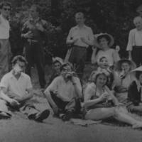 Társadalmi munkán a Megyei Könyvtár dolgozói. Pásztó határában, az Állami Gazdaság földjén, kukorica fosztás idején