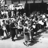A Balassi Bálint Megyei Könyvtár dolgozói 1985. május 1-i felvonuláson